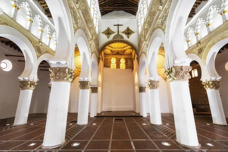 que-visitar-en-toledo-en-un-dia-Sinagoga-de-Santa-María-La-Blanca